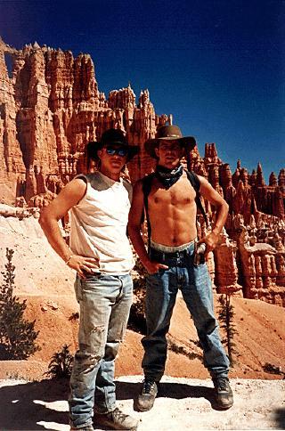 Students pose in cowboy hats a Bryce Canyon, Utah