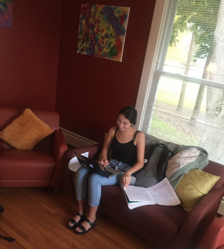 Valeria Felix '18 working in the living room